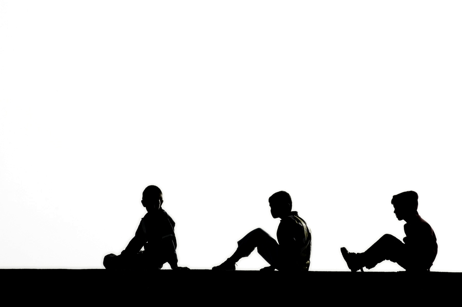 Siluetas de Niños Sentados